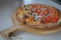 Pizzen auf Holzplatten & Apèros